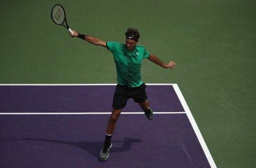 Federer poleca dzieciom naukę dwuręcznego backhandu